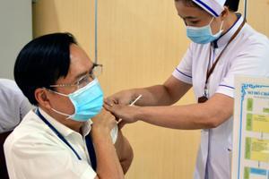 Tiến hành tiêm vắc xin phòng COVID-19 cho nhân viên (2021)