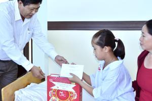 Phó Chủ tịch UBND tỉnh Vương Phương Nam tặng quà Trung thu cho thiếu nhi