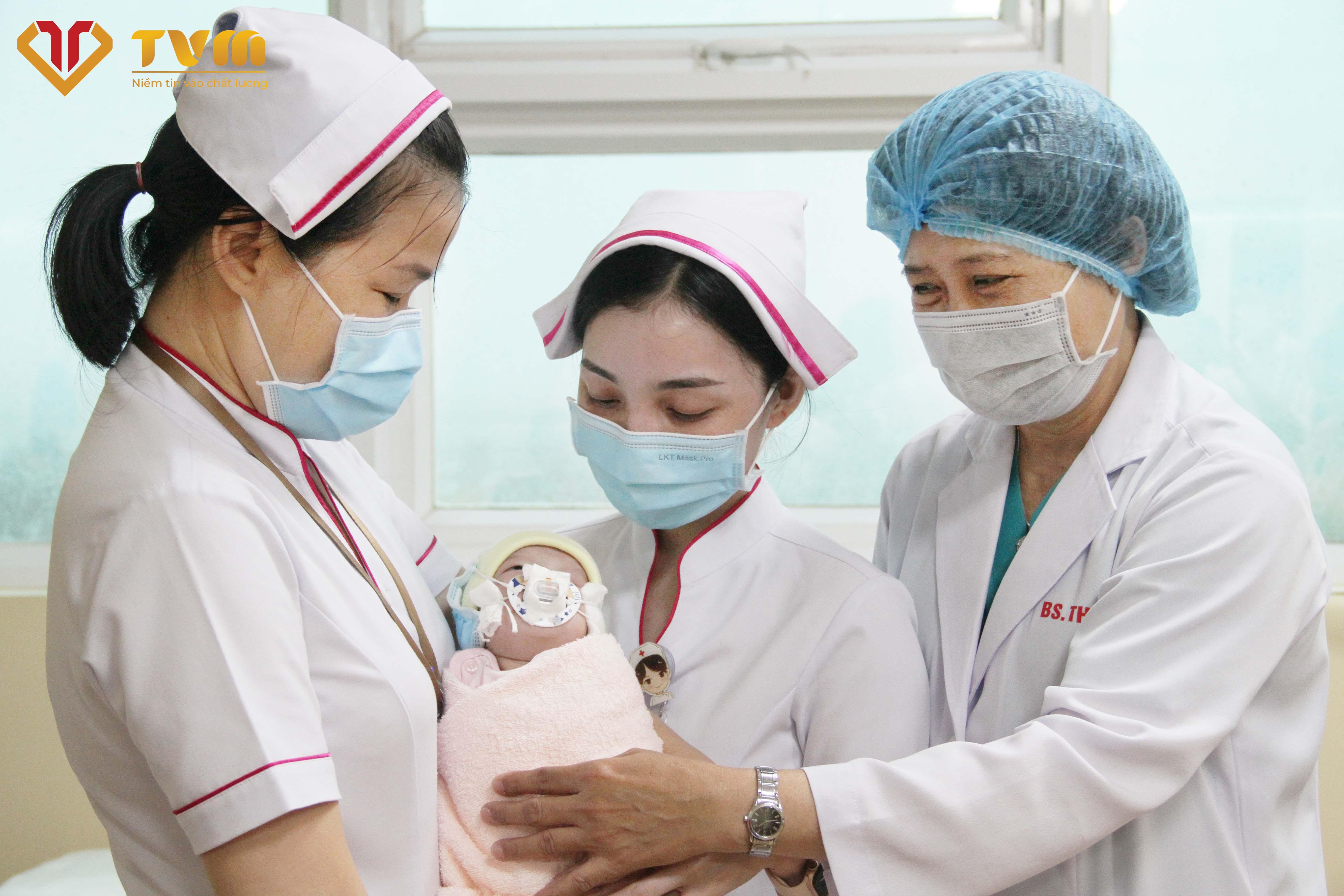 Bé sơ sinh bị dị tật nguy hiểm tính mạng và những ngày đấu tranh không từ bỏ giành sự sống cho bé